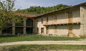 A rustic house for sale in the Langhe
