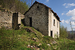 Rustic buildings for restoration in Piemonte - PRICE REDUCTION Two rustic buildings set in an elevated position for restoration.