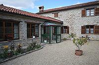 Renommiertes Landhaus zum Verkauf im Piemont Italien. - Courtyard to the back of the property