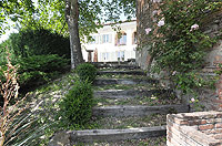 Bella cascina in vendita in Piemonte - Steps leading from the garden area to the property
