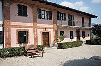 Luxuriöses Haus zum Verkauf im Piemont, Italien - Front view of the property