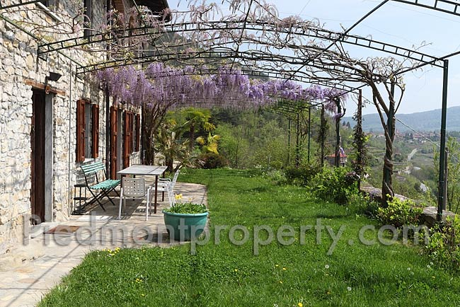 Italian country home for sale in piedmont cravanzana 6621 for Italian country homes