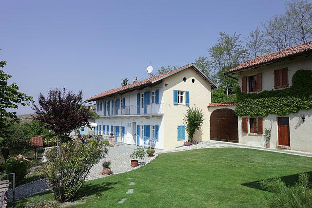 due prestigiose case di campagna in vendita in piemonte