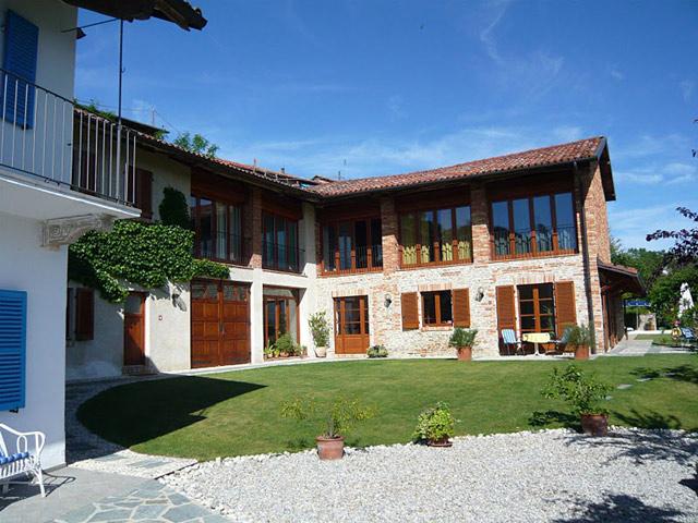 Due prestigiose case di campagna in vendita in piemonte for Due case di mattoni storia