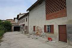 Italian Farmhouse Renovation Project with mountain views - Front view of the property