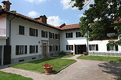 Restored Italian farmhouse - The property is a traditional L shape