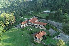 Langhe Steinhaus in einer kleinen, exklusiven Residenz, zum Verkauf im Piemont. - Aerial view