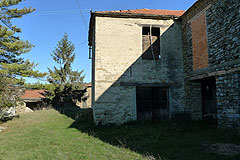 Group of Langhe Stone houses for sale in Piemonte. - View of the barn