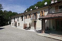 Landsitz mit Barbera d'Asti DOCG und Moscato DOCG Weinbergen zum Verkauf im Piemont Italien - Front view of the property