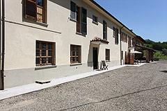 Landsitz mit Barbera d'Asti DOCG und Moscato DOCG Weinbergen zum Verkauf im Piemont Italien - The property is very spacious