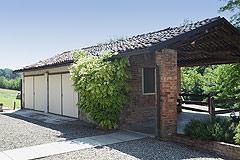 Landsitz mit Barbera d'Asti DOCG und Moscato DOCG Weinbergen zum Verkauf im Piemont Italien - Double garage