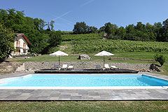 Landsitz mit Barbera d'Asti DOCG und Moscato DOCG Weinbergen zum Verkauf im Piemont Italien - Swimming pool area