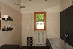 Landsitz mit Barbera d'Asti DOCG und Moscato DOCG Weinbergen zum Verkauf im Piemont Italien - Guest bathroom