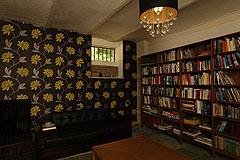Landsitz mit Barbera d'Asti DOCG und Moscato DOCG Weinbergen zum Verkauf im Piemont Italien - Library area for guests