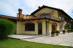 Country Home in the Langhe - Side view of the property