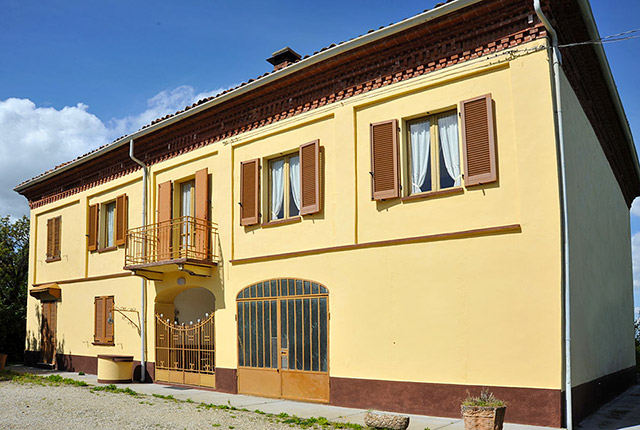 Traditional italian country house for sale in piemonte for Classic italian house