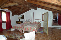 Casa di lusso in vendita in Piemonte - Bedroom with wooden ceiling