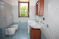 Restored Italian farmhouse for sale in Piemonte - Bathroom