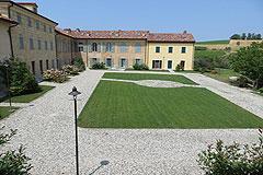Luxury Italian Apartment for sale in Piemonte - Elegant courtyard area
