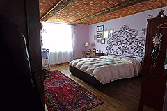 Luxury Country House with business potential in Piemonte - Bedroom with vaulted ceiling