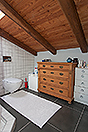Bellissima cascina in vendita in Piemonte. - Bathroom with exposed wooden ceiling