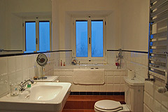 Castle for sale in the Piemonte region of Italy - One of the apartments' bathrooms