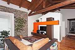 Cascina italiana in vendita nell'area UNESCO del Piemonte - Living area with exposed wooden ceiling
