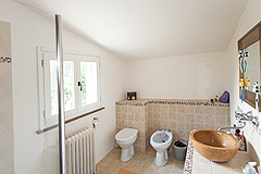 Traditional Country Farmhouse for sale in Piemonte - Spacious bathroom