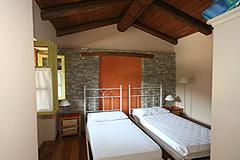 Bella cascina con piscina, vista panoramica in Piemonte. - Bedroom with exposed wooden ceiling