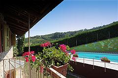 Sehr schönes Landhaus & Schwimmbad mit Blick auf die Weinberge im Piemont. - View from the balcony
