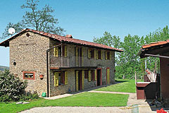 Sehr schönes Landhaus & Schwimmbad mit Blick auf die Weinberge im Piemont. - Side view of the pool