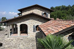 Elegante casa con piscina in Piemonte - Side view of the property
