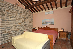 Exklusives Landhaus mit Schwimmbad im Piemont - Bedroom with exposed stone walls