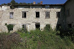 Rustic Italian farmhouse for sale in Piemonte - Front view of the property