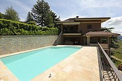 Prestigious Italian villa with Moscato vineyards  for sale in Piedmont. - Swimming pool area