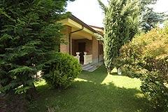 Prestigious Italian villa with Moscato vineyards  for sale in Piedmont. - Front garden area