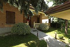 Prestigious Italian villa with Moscato vineyards  for sale in Piedmont. - Entrance