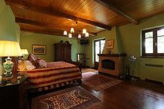 Prestigious Italian villa with Moscato vineyards  for sale in Piedmont. - Spacious master bedroom