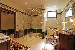 Prestigious Italian villa with Moscato vineyards  for sale in Piedmont. - Luxury master bathroom