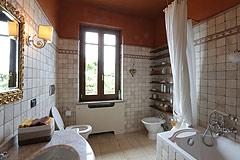 Prestigious Italian villa with Moscato vineyards  for sale in Piedmont. - Bathroom