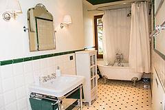 Prestigious Italian villa with Moscato vineyards  for sale in Piedmont. - Rustic style bathroom