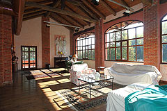 Cascina vicino ad Asti in Piemonte - Spacious living area with exposed wooden ceiling