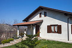 Italian villa for sale in Piemonte - Front garden area
