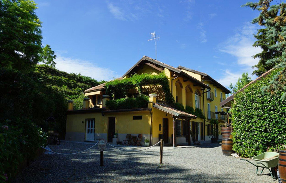 Boutique hotel with moscato and barbera vineyards in for Boutique hotel langhe