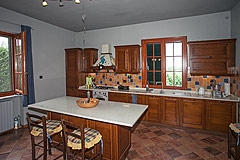 Country House with stunning vineyard & mountain views - Kitchen dining area