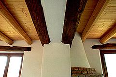 Teil restauriertes Stein Bauernhaus zum Verkauf im Piemont - Exposed wood ceilings
