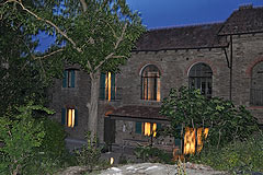 Cascina in pietra restaurata in vendita in Piemonte. - Evening view of the property