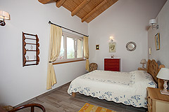 Luxury Country Home for sale in the Piemonte region of Italy - Bedroom with expxosed ceiling