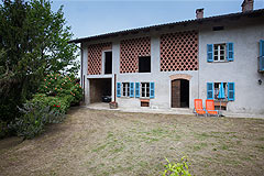 Italian Farmhouse with vineyards for sale in Piemonte - Courtyard area