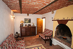 Italian Farmhouse with vineyards for sale in Piemonte - Living area
